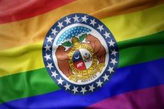 Missouri que agita indica la bandera de la bandera del orgullo gay del arco iris fotos de archivo