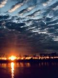 Missouri rzeka przy zmierzchem Mimo to deszcz fotografia royalty free