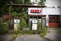 Missouri, Vereinigte Staaten, circa im Juni 2016 - alte verlassene Derby-Tankstelle auf Weg 66 Lizenzfreie Stockfotos