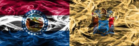 Missouri vs Nowa obok - strona - dżersejowe kolorowe flagi umieszczająca pojęcie dymu strona - fotografia royalty free