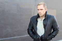 Misstänksam blond man med ett uttryck av skräck och misstro arkivfoto