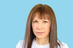 Misstänksam kvinna, skeptikeruttryck royaltyfri bild