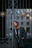 Misstänksam svart man stads- livstid arkivfoton
