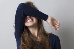 Misströsta och reta upp begreppet för chockad ung kvinna royaltyfri bild