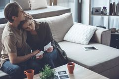 Misströstade par som är sorrowing efter havandeskapabort royaltyfri foto