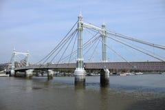 Misstrauische Brücke nahe Battersea-Park lizenzfreies stockfoto