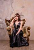Misstrauische junge elegante Frau stockbild