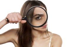 Misstrauische junge Frau stockfoto