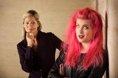 Misstrauische Mutter mit Tochter Lizenzfreie Stockfotografie