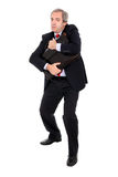 Misstrauischer Geschäftsmann, der seinen Aktenkoffer anhält lizenzfreies stockbild