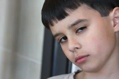 Misstrauischer Junge stockfotografie