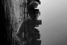 Misstrauischer Mann im Kapuzenpulli Stockfotografie