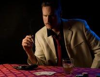 Misstrauischer schauender Gangster, mit Gewehr Lizenzfreie Stockfotografie