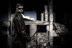 Verärgerter Kerl in den Ruinen stockfotografie