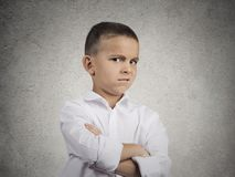 Misstrauischer, vorsichtiger Kinderjunge, der mit Ungläubigkeit schaut Lizenzfreie Stockfotos