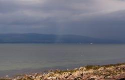 Mist över den bergiga kusten Arkivfoton