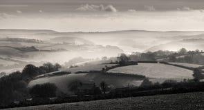 Mist över den Fowey breda flodmynningen, Cornwall arkivbilder