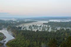 Mist över floden och ängen, över skoggryningen i sommaren Arkivfoto