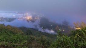 Mist över toppmötet skymningsagan, Phetchabun, Thailand lager videofilmer