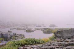 Mist över yttersidan av vattensjön av bergsjön Royaltyfri Fotografi