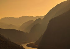 Mist bij berg en rivier Stock Fotografie