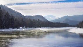 Mist boven de sneeuwbergrivier in de winterochtend stock videobeelden