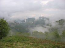 Mist in de bergen royalty-vrije stock afbeeldingen
