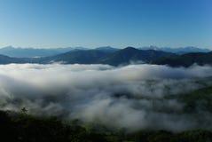 Mist in de bergen van de Kaukasus Stock Foto's