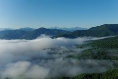 Mist in de bergen van de Kaukasus Royalty-vrije Stock Foto's