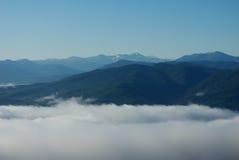 Mist in de bergen van de Kaukasus Royalty-vrije Stock Afbeeldingen