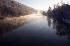 Mist in de rivier stock afbeeldingen