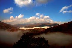 Mist in de rokerige bergen Stock Fotografie