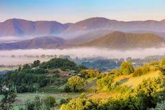 Mist in de valleien stock afbeelding