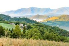 Mist in de valleien royalty-vrije stock afbeeldingen