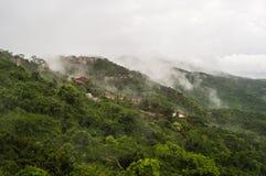 Mist die bergen in het Hainan-eiland, China behandelt Royalty-vrije Stock Foto's