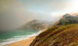 Mist die in Gray Whale Cove State Beach binnensluipen royalty-vrije stock fotografie