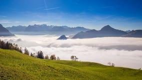 Mist die Grosser, Kleiner Mythen, Meer Luzerne en Zwitserse Alpen van Sattel in de herfst omringen, Centraal Zwitserland stock video