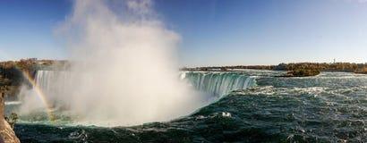 Mist die omhoog bij de Niagara-Dalingenwaterval komen royalty-vrije stock afbeeldingen