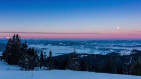 Mist die zich over de berg in de winter met een star-shaped hemel bewegen stock videobeelden