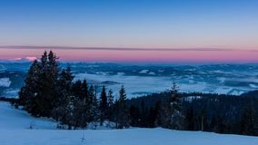 Mist die zich over de berg in de winter met een star-shaped hemel bewegen stock footage