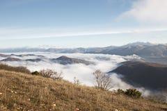 Mist in een vallei Stock Fotografie