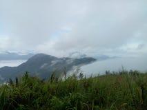 Mist, efter regnet täckte berget arkivfoto