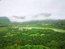Mist en de groene heuvel royalty-vrije stock afbeelding