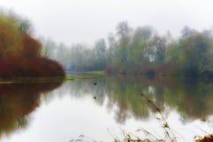 Mist en de herfstkleurenlandschap van Opdrachtmeer, Oregon royalty-vrije stock afbeeldingen