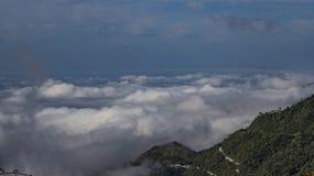 Mist en mist die de valleien behandelen hieronder, herfstlandschap, koud gevoel stock afbeeldingen