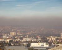 Mist en smog over de stad - Luchtverontreinigingsluchtvervuiling in de winter, Valjevo, Servië royalty-vrije stock afbeelding