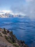 Mist en wolken bij Kratermeer Royalty-vrije Stock Foto