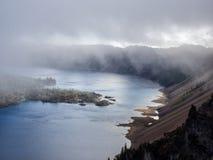 Mist en wolken bij Kratermeer Royalty-vrije Stock Foto's