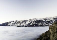 Mist en wolken de valleilandschap van de sneeuwberg Weergeven van Aramo-Berg, Asturias, Spanje stock fotografie
