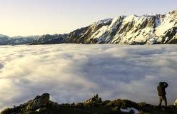 Mist en wolken de valleilandschap van de sneeuwberg Weergeven van Aramo-Berg, Asturias, Spanje royalty-vrije stock foto's